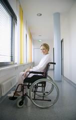 Frau sitzen in Rollstuhl