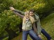 Deutschland, Paar albern spielen im Wald