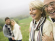 Deutschland, Schwäbische Alb, Lächeln Paare umarmen