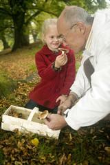 Deutschland, Schwäbische Alb, Großvater Opa und Enkelin suchen Pilze im Wald, Portrait