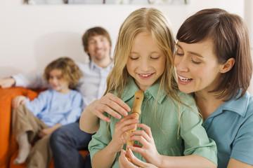 Mutter und Tochter, spielen Musikinstrument
