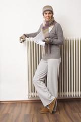 Frau halten Stromrechnung, tragen Schal und Mütze