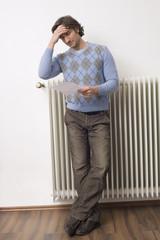 Mann halten Stromrechnung