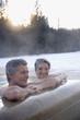 Paar Senioren entspannen im Whirlpool im Freien, Portrait