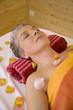 Frau, Seniorin, die auf Bank mit massagebank Blütenblätter, Portrait