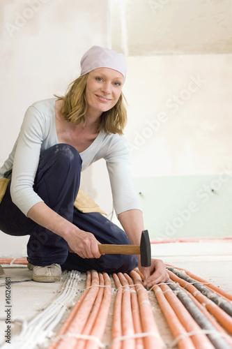 Frau jung mit Hammer, lächeln, Porträt