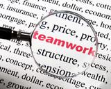 mot teamwork Collaboration rouge sous la loupe poster