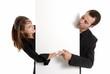 Homme et femme d'affaire derrière un espace publicitaire