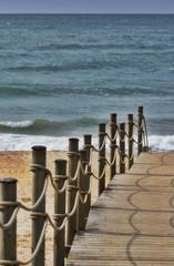 Holzdeck am Strand