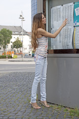 Junge Frau liest Fahrplan