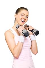 Sportliche junge Frau trainiert mit Hanteln
