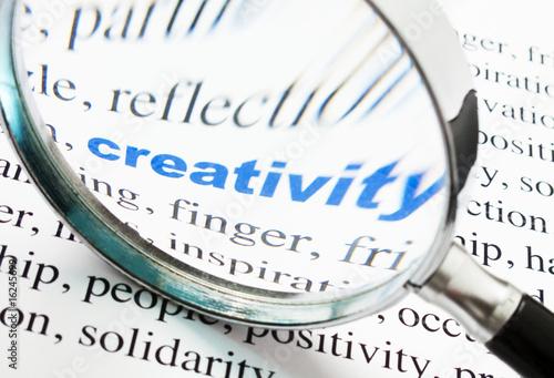 mot creativity activité déformé à la loupe t-shirt