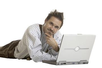 Mann schaut nachdenklich vor seinem Laptop - contemplative