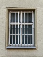 Vergitterte Fenster eines Gefängnisses