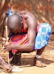 Capo Masai intento ad accendere il fuoco