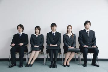 面接を待つスーツ姿の若い男女5人