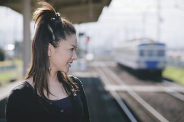 駅のホームに立つ女性の横顔