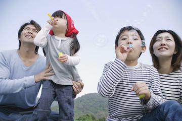 シャボン玉をする家族