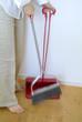 床を掃く女性