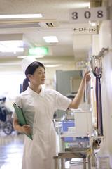 ナースステーションで準備をする女性看護師