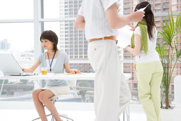 オフィスで働く男女3人