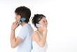 携帯電話で話す20代のカップル