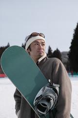 スノーボードを持つ男性