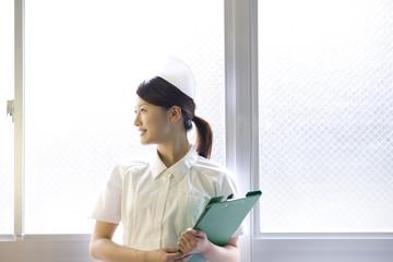 カルテを持つ女性看護師