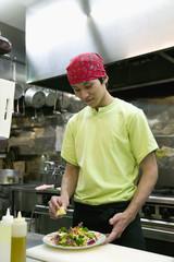 サラダの準備をする男性店員