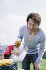バーベキューを楽しむ父と娘