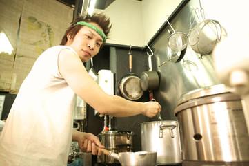 料理を作る店員