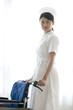 車椅子を押す女性看護師