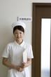 医療相談室の前に立つ女性看護師