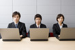 ノートパソコンに向かう男女3人