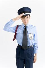 敬礼する女性警備員