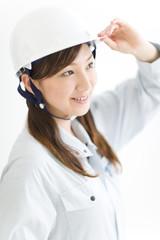 ヘルメットをかぶった若い女性