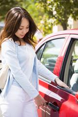 車に乗り込む若い女性