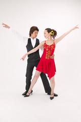 ラテンダンスを踊る男女