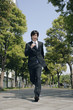 スーツ姿で走る若い男性