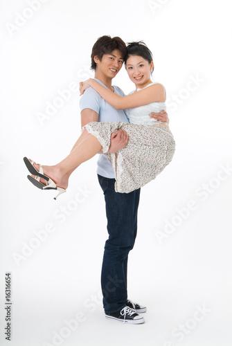 彼女を抱き抱える彼