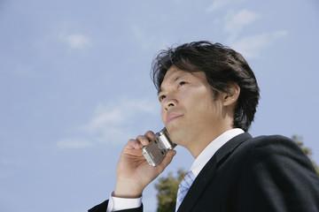 携帯電話を持つ男性