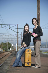 駅のホームに立つ女性2人