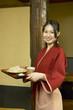 蕎麦を運ぶ女性店員