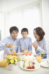 誕生日を祝う親子