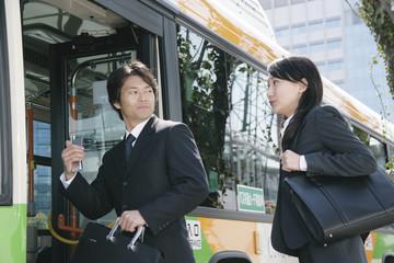 バスに乗り込む男性と女性