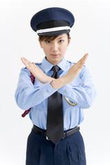 腕を交差する女性警備員