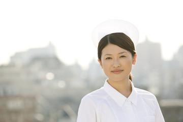屋上に立つ女性看護師