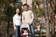 ベビーカーに乗った赤ちゃんと両親