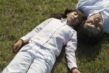公園で昼寝をする家族
