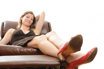 Schöne Frau in Leder Sessel